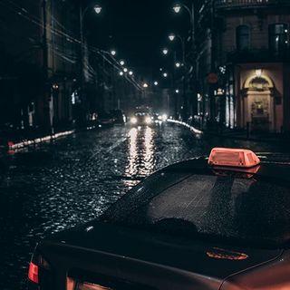 Par ces temps pluvieux, n'oubliez pas votre Beau Nuage ! Ils sont parfaitement adaptés aux voitures et aux taxis ! 🚕 . For rainy times, don't forget your Beau Nuage! They're adapted for cars and taxis! 🚕 .  #beaunuage #monbeaunuage #parapluie #pluie #umbrella #rain