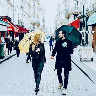 Règle nuageuse n°71 : La réaction de deux amoureux de la pluie quand il cesse soudainement de pleuvoir peut parfois être brutale... 🤨 .  Cloudy rule no. 71: The reaction of two rain lovers when it suddenly stops raining can sometimes be brutal...🤨 #beaunuage #couple #monbeaunuage #paris #londres #instapic #happy #love #umbrella #rain #pluie #picoftheday #lookgoodfeelgood #fashion #mode