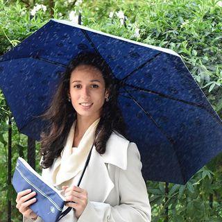 C'est reparti pour une nouvelle année ! Même dans le froid et la pluie, on vous garantit le sourire ! Vous êtes de plus en plus nombreux, comme nous, à tomber amoureux de la pluie ! 🌧 . Here comes a new year! Even in the cold and in the rain, a smile is guaranteed! You are more and more, like us, to fall in love with the rain! 🌧 .  #beaunuage #monbeaunuage #parapluie #pluie #umbrella #rain