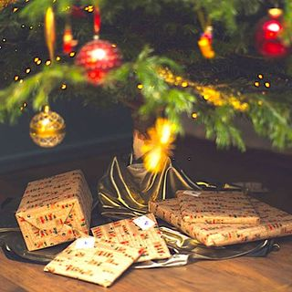 CALENDRIER DE L'AVENT BEAU NUAGE – JOUR 6�� 🎄 . Vous achetez régulièrement des parapluies Beau Nuage en lot de plusieurs parapluies. N'oubliez pas que nous avons mis en place des packs de Noël pour que vous gâtiez votre entourage ! Non seulement le prix est avantageux, mais en plus ces packs sont emballés avec amour dans un magnifique paquet de Noël! ☃ . À qui offririez-vous un pack ? La meilleure réponse sera récompensée d'un code promo nuageux ! 🎁 . . BEAU NUAGE ADVENT CALENDAR – DAY 6 🎄 . You often buy Beau Nuage umbrellas in bundles of two or more. Don't forget that we created Christmas bundles for you to spoil your closest ones! Not only does it come with an attractive price, but they also have wonderful Christmas wrappings! ☃ . To whom would you offer a bundle? The best answer will be rewarded with a rainy promo code! 🎁 . .  #beaunuage #monbeaunuage #parapluie #pluie #umbrella #rain #giveaway #jeuconcours #beaunuagepourtous #christmas #noel #calendar #calendrier #fêtes