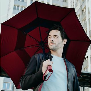 Vous l'aimez en bleu de minuit ? Le Gentleman, notre parapluie le plus majestueux et solide, est de retour habillé d'une nouvelle teinte : Rouge Grenat. 🤩☂ . Do you like it in midnight blue? Le Gentleman, our most majestic and strong umbrella, is back in a new shade: Garnet Red. 🤩☂ . #beaunuage #umbrella #parapluie #picoftheday #instamood #fashion #mode #paris #londres #nuage #rain #lookgoodfeelgood #instapic