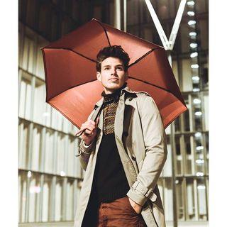 Quoi de plus distingué que d'assortir son parapluie à son pantalon ? 😎 . It's Bonfire Night! We hope you enjoy the outdoor festivities this evening. 🎆 Make sure to protect yourself from the unpredictable British weather with a Beau Nuage brolly! .  #beaunuage #monbeaunuage #parapluie #pluie #umbrella #rain #elegance #bonfirenight #londres #london #fashion
