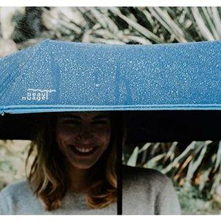 Grâce au revêtement Teflon®, les gouttes de pluie glissent sur nos toiles comme sur un toboggan. 🌊 Il y a de quoi garder le sourire, non ? 😁 .  Thanks to the Teflon coating, the rain drops rush down the canvas like it's a slide.  That's a good reason to smile, right?😁 .  #beaunuage #monbeaunuage #parapluie #pluie #umbrella #rain #technologie #technology #innovation #paris #londres #picoftheday #instapic #instamood #newtechnologie