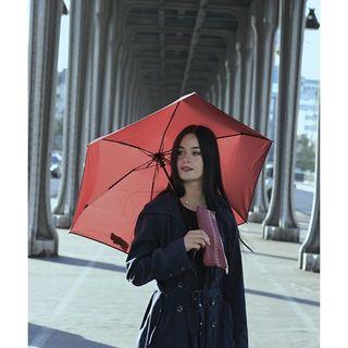 On peut identifier le modèle de nos parapluies rien qu'en observant la structure. Saurez-vous reconnaître le modèle de cette photo ? ☂ . The model of our umbrellas can be identified just by looking at the framework. Do you recognise the one in the picture? ☂ .  #beaunuage #monbeaunuage #parapluie #pluie #umbrella #rain #technic #technologie #technology #quality #qualité