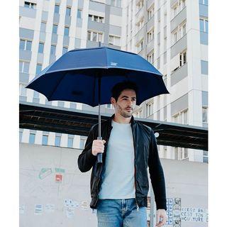 ☁ Le Gentleman, plus grand parapluie de la gamme Beau Nuage, a une armature haut de gamme entièrement en fibre de verre ! . ☁The Gentleman, the largest umbrella in the Beau Nuage range, has a top-of-the-range frame made entirely of fibreglass!  #beaunuage #lookgoodfeelgood #paris #londres #classe #elegance #happy #love #majestueux #innovation #rain #pluie #instapic #instamood