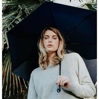Règle nuageuse n°69 : Un beau Nuage c'est bien, avec un sourire c'est encore mieux ! 😉 .  Rainy rule no. 69: A Beau Nuage is good, but with a smile it's even better! 😉 .  #beaunuage #monbeaunuage #parapluie #pluie #umbrella #rain #lookgoodfdeelgood #instapic #instamood #paris #london