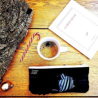 CALENDRIER DE L'AVENT BEAU NUAGE – JOUR 5 🎄 . Nos envies de Noël se résument en une photo. Un peu de lecture, le réconfort d'une boisson chaude et d'une sucrerie, le sapin et ses décorations… Et un Beau Nuage, un parapluie de qualité, pratique et élégant. Et vous, quel est votre plaisir de Noël ? ✨ . Un Beau Nuage sera à -30% pour l'un d'entre vous aujourd'hui ! Commentez, convainquez-nous, et vous serez peut-être sélectionné...🌂 . . BEAU NUAGE ADVENT CALENDAR – DAY 5 🎄 . All we want for Christmas in one picture. Some reading, a comforting hot coffee, some sweets, the Christmas tree and its decorations… And a Beau Nuage of course, a quality umbrella that is practical and elegant at the same time. And you? What's your Christmas little pleasure? ✨ . A Beau Nuage will be 30% off for one of you today. Convince us and you will maybe be selected! 🌂 . .  #beaunuage #monbeaunuage #parapluie #pluie #umbrella #rain #beaunuagepourtous #christmas #noel #calendar #calendrier #fêtes