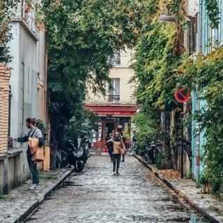 Backstage Beau Nuage : nous aimons faire nos photoshoots dans les rues les plus charmantes de Paris. Voici la rue des Thermopyles, rafraîchie par la pluie. ☔ . �Backstage Beau Nuage: We like to hold our photoshoots in the most charming spots of Paris. Here is Thermopyles Street, newly refreshed by the rain! ☔ . #beaunuage #monbeaunuage #parapluie #pluie #umbrella #rain #backstage