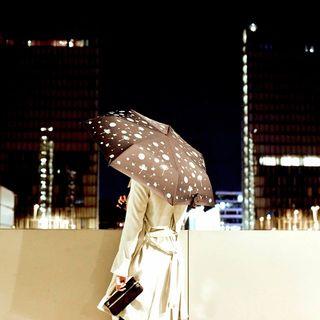 La nuit, tous les chats sont gris, mais tous les coloris Beau Nuage se parent de nouveaux reflets ! 🌙🎨 . The Beau Nuage colours always shine a light in the darkness! 🌙🎨 .  #beaunuage #monbeaunuage #parapluie #pluie #umbrella #rain #dreamlikeblue #bleuonirique #midnight #minuit #ville #city #colour #couleur