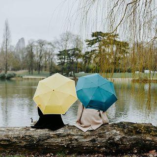« Un p'tit coin d'parapluie, Contre un coin d'paradis, Elle avait quelque chos' d'un ange, Un p'tit coin d'paradis, Contre un coin d'parapluie, Je n'perdais pas au chang', pardi» Georges Brassens 🎼☂ #beaunuage #monbeaunuage #parapluie #pluie #umbrella #romantique #musical #elegance #couleur #happy #picoftheday #instapic #instamood