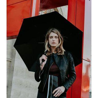 """« L'esprit humain est comme un parapluie : il marche mieux lorsqu'il est ouvert » Darry Cowl ☂ . """"The human mind is like an umbrella: it works best when it is open"""" said Darry Cowl, French actor ☂ .  #beaunuage #monbeaunuage #parapluie #pluie #umbrella #rain #technologie #paris #fashion #london #londres #paris #mode #red"""